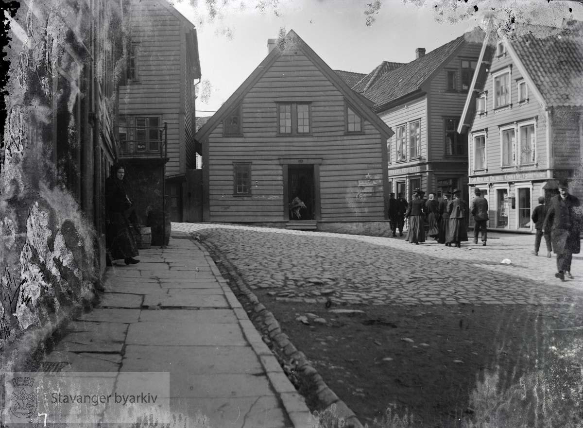 Helt til venstre Verksgaten 1, slakter Idsøes eiendom. Bak til venstre Nykirkebakken 18. Midt på bildet Nygaten 41.Nygaten 48 og 50 helt til høyre.