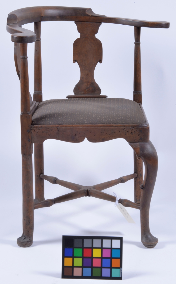 Svängt ryggstöd med löstagbar sits.  Höjd: 83,5 cm, t.o.m. sitsen 46 cm.