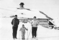Familien Romslo klare for skitur ved Grjotrust vokterbolig