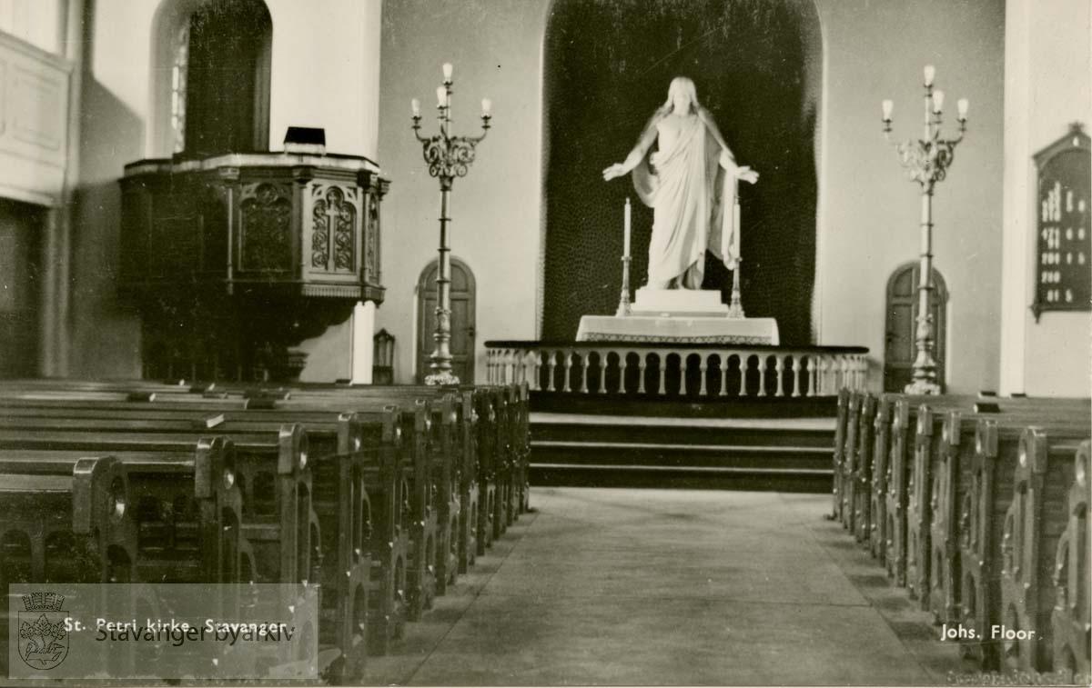 Petrikirken, interiør mot koret.Kristusstatue.