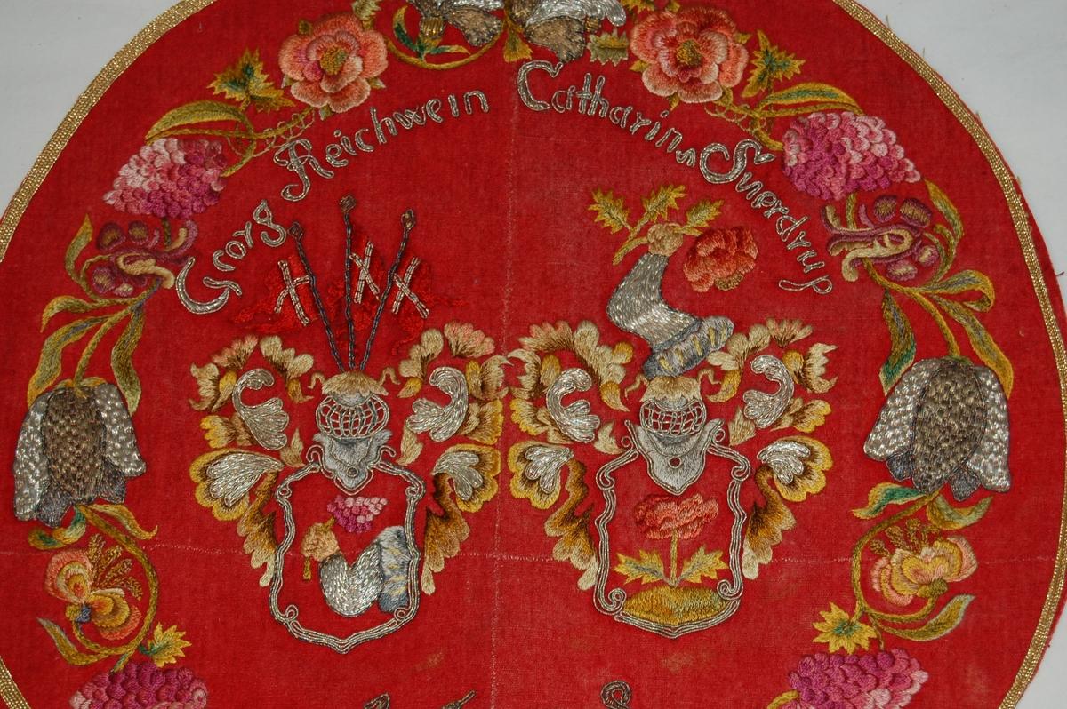 Alterforheng av tekstil. Rund form med rød grunnfarge. Har brosjering med innskrift, våpenskjold og blomsterkrans.