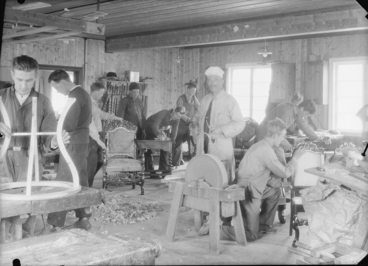 Elever i full sving med å få ferdig møblene til utstilling på Hjerleids minne. Lærer Ola Lillevik med hvit kalott.