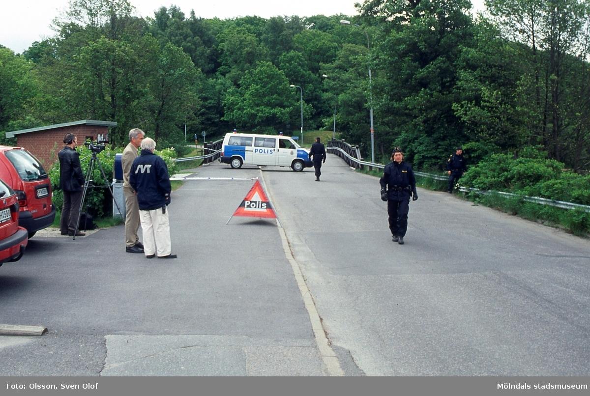 När USA:s president George W. Bush skulle besöka Gunnebo i Mölndal den 14/6 2001, stängde polisen av vägen vid Gunnebobro. D 38:26.