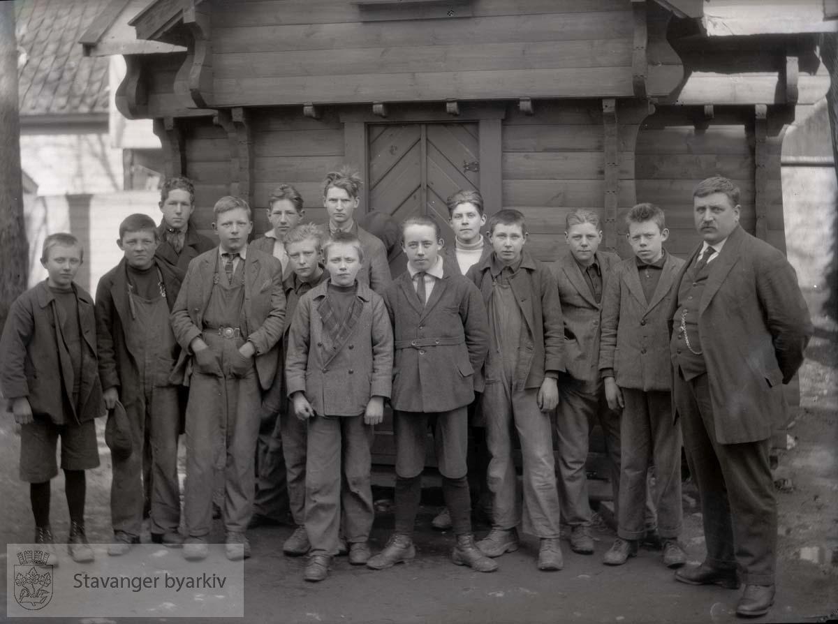 Gruppebilde ved Den Tekniske Fagskolen 1927, lærer Krogh
