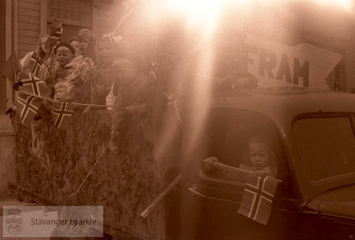 FRAM.Barn i Første mai-tog