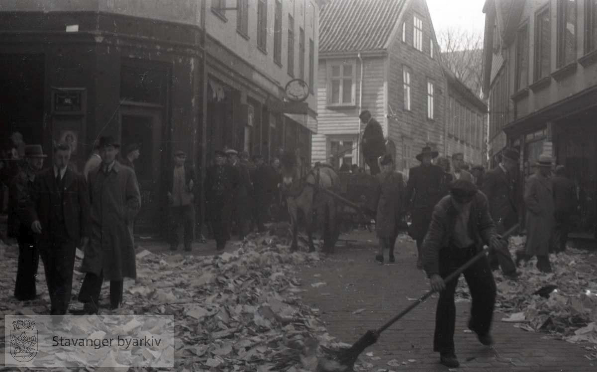 Tatt kort tid etter frigjøringen fra okkupasjonen , .2. verdenskrig. Fredsdagene 1945..Papirer fløt i gatene etter at folk stormet kontoret til Nasjonal Samling (NS) i Kirkegata 2..