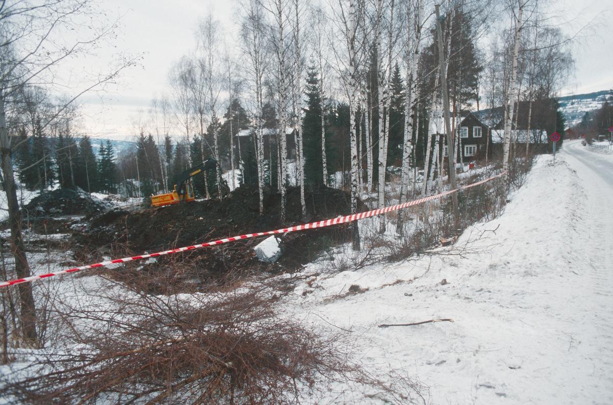 Lillehammer.  Forlengelse av Maihaugvegen (Nybu-forbindelsen) under anlegg.  Gravemaskin.  Martin Seips til høyre.  Martin Seips vei 2 til høyre.  Brennbakkveien 2, nå Martin Seips veg 6, midt i bildet.  Sett mot nord-vest.