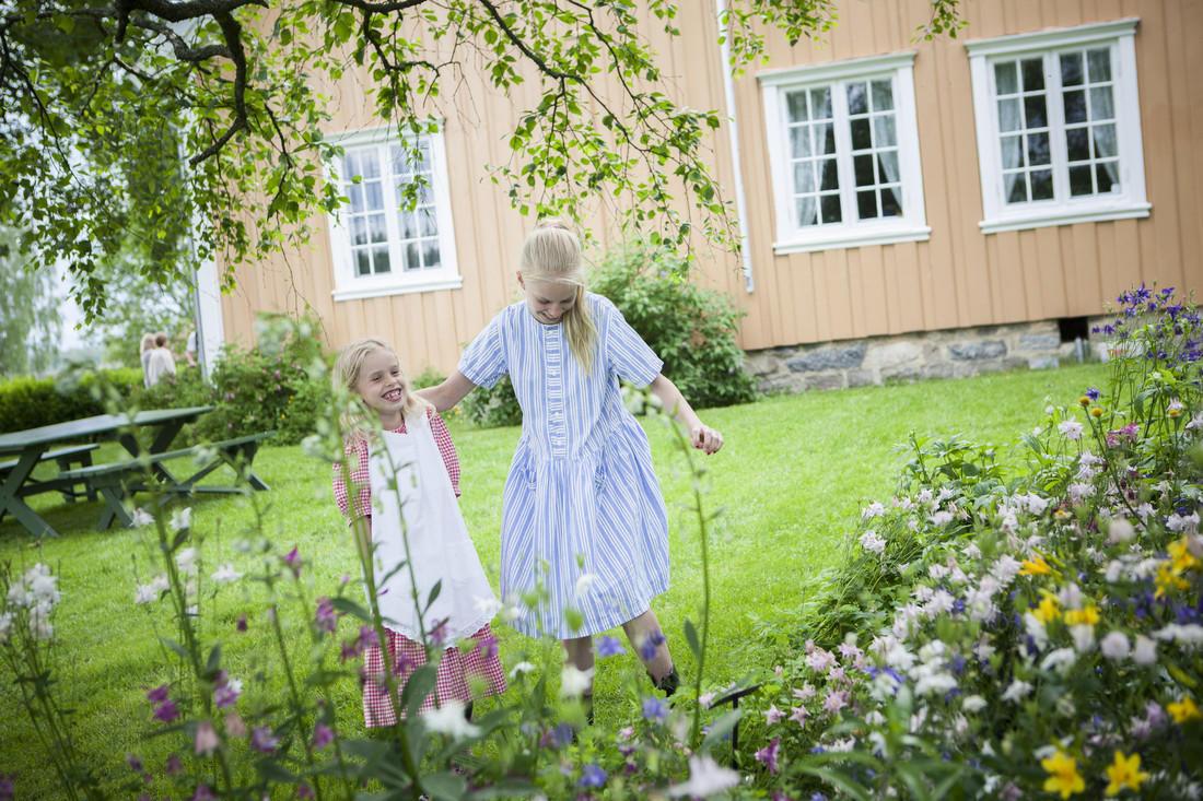 Barn i hage på Gamle Hvam