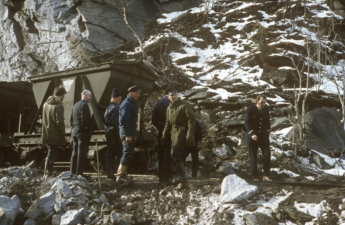 Anleggsarbeid langs Sulitjelmabanen. Banen ble nedlagt og erstattet av bilvei i 1972. Her har en godsvogn litra Ø blitt løftet på sporet etter en avsporing.