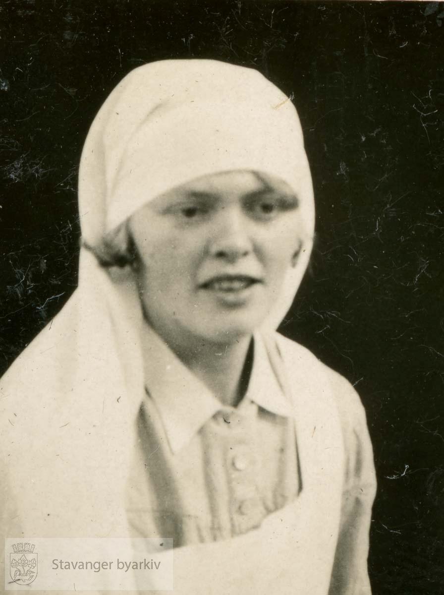Søster Dorrit Johnsen.Assistentsøster...Fra fotoalbum fra Dr. Dahls klinikk. Det tilhørte oversøster Sigrund Olsen. Dr. Eyvin Dahl drev klinikk i Birkelandsgata 2 i årene 1928-1931. Klinikken ble nedlagt da det ikke var mulig å få offentlig støtte. Eyvin Dahl var fra 1937 til sin død i 1962 stadsfysikus i Stavanger. Politisk tilhørte dr. Dahl arbeiderbevegelsens venstre fløy. Etter krigen sluttet han seg til kommunistpartiet.