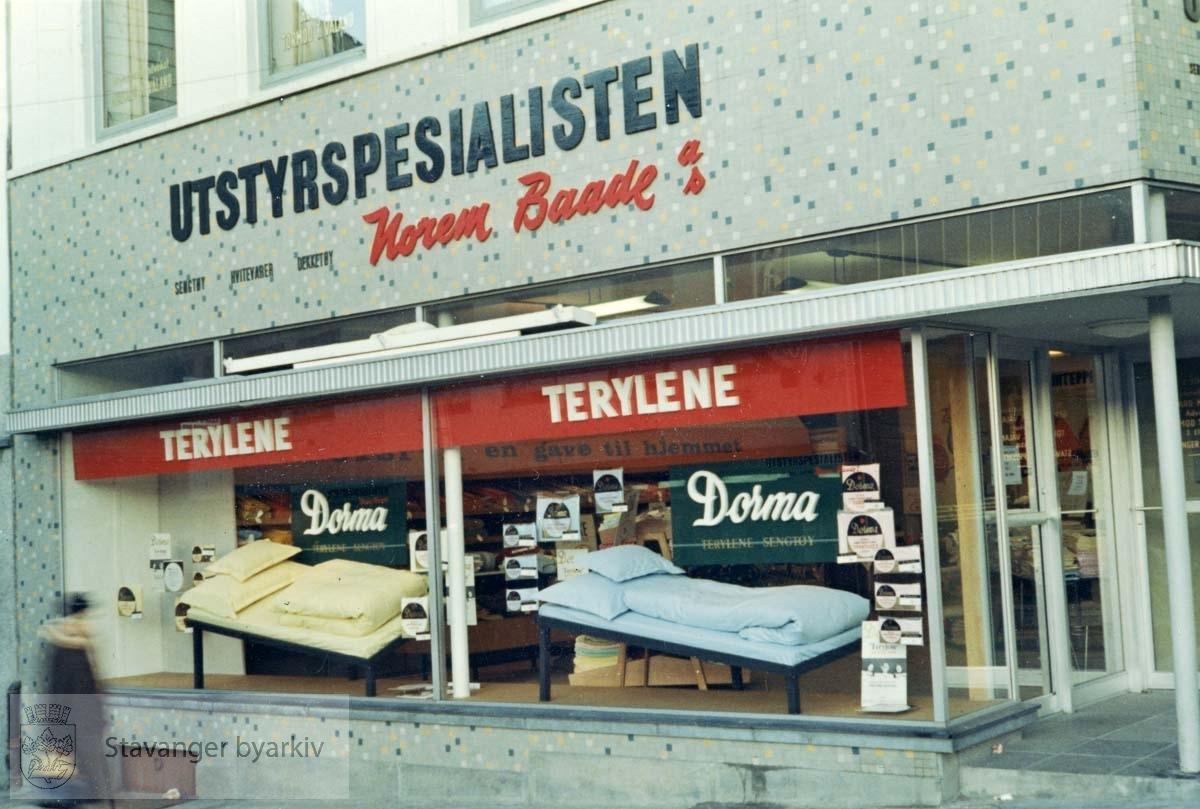 Vindusutstilling. Utstyrsspesialisten ble åpnet 04.11.1966 i kirkegata 5. Norem Baades avdeling for sengetøy, hvitevarer og dekketøy. Utskilt fra PA293.
