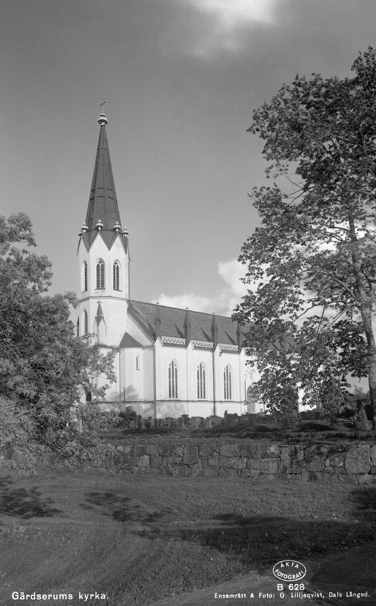 Vid sockenstämman den 14 oktober 1849 beslutats att en ny kyrkobyggnad skulle uppföras i Gärdserum. Ritningar till kyrkan gjordes av den rikskände arkitekten och professorn vid konstakademien i Stockholm, Fredrik Wilhelm Scholander. Att kyrkorådet i lilla Gärdserum kunde knyta en sådan kraft till kyrkobygget kan rimligtvis föras till att byggnadskommitténs ordförande var friherren och kammarjunkaren Seth Adelsvärd. Inte bara arkitekten var synnerligt erkänd. Byggmästaren Jonas Jonsson hade vid tiden över 30 års erfarenhet av kyrkobyggen i Tjust med omnejd. Tillsammans skapade de Sveriges först uppförda nygotiska byggnad, optimal i proportionerna, raffinerad och påfallande smäcker.