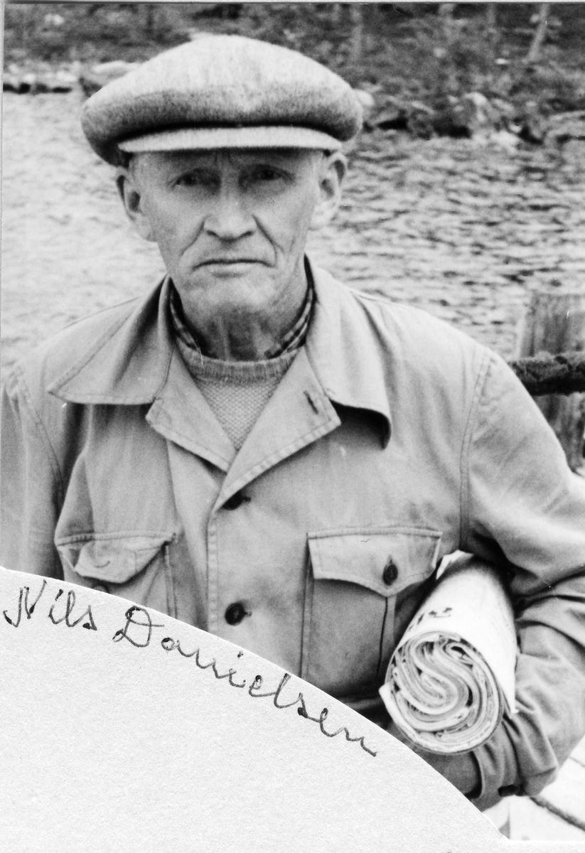 Mann med en rull med aviser under armen