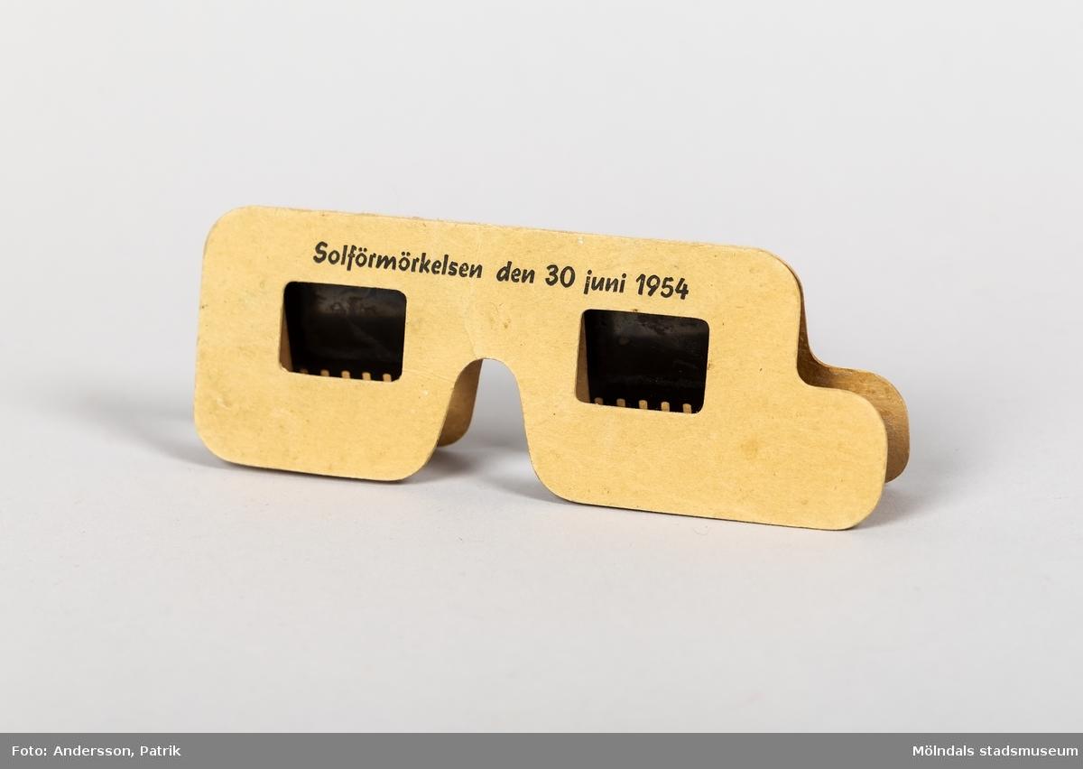 """Glasögon tillverkade inför solförmörkelsen, den 30 juni 1954. Texten: """"Solförmörkelsen den 30 juni 1954"""", finns tryckt på glasögonen."""