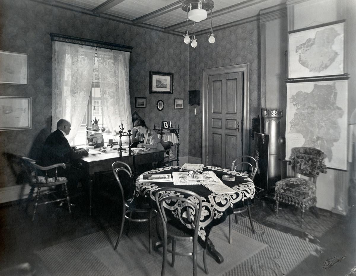 Bildet viser Bachkes arbeidsværelse i bygningens 1.etasje. Ved skrivebordet sitter ekteparet Victoria og Christian Anker Bachke.