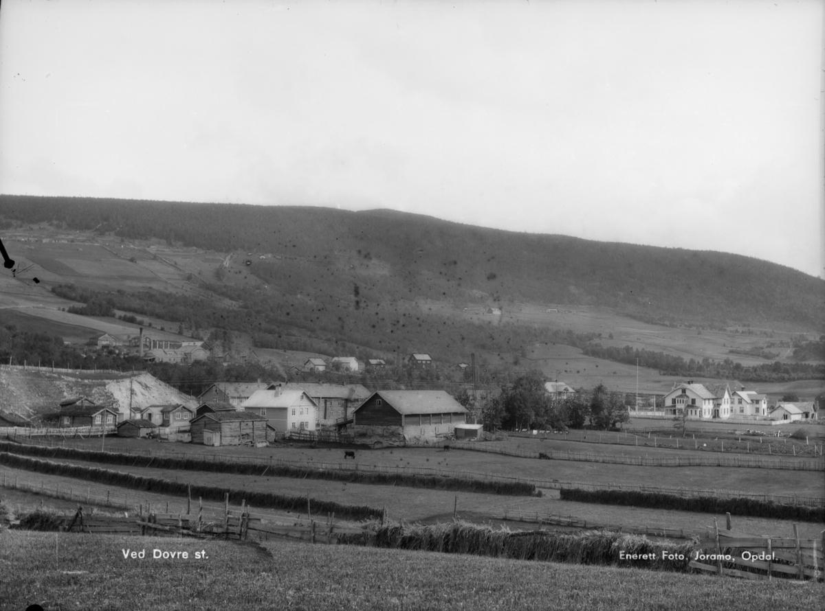 Dovre sentrum, Nedre Kyrkjestugu fremst i bilde med Kirkestuen Pensjonat rett bak. Til høyre Båtsto