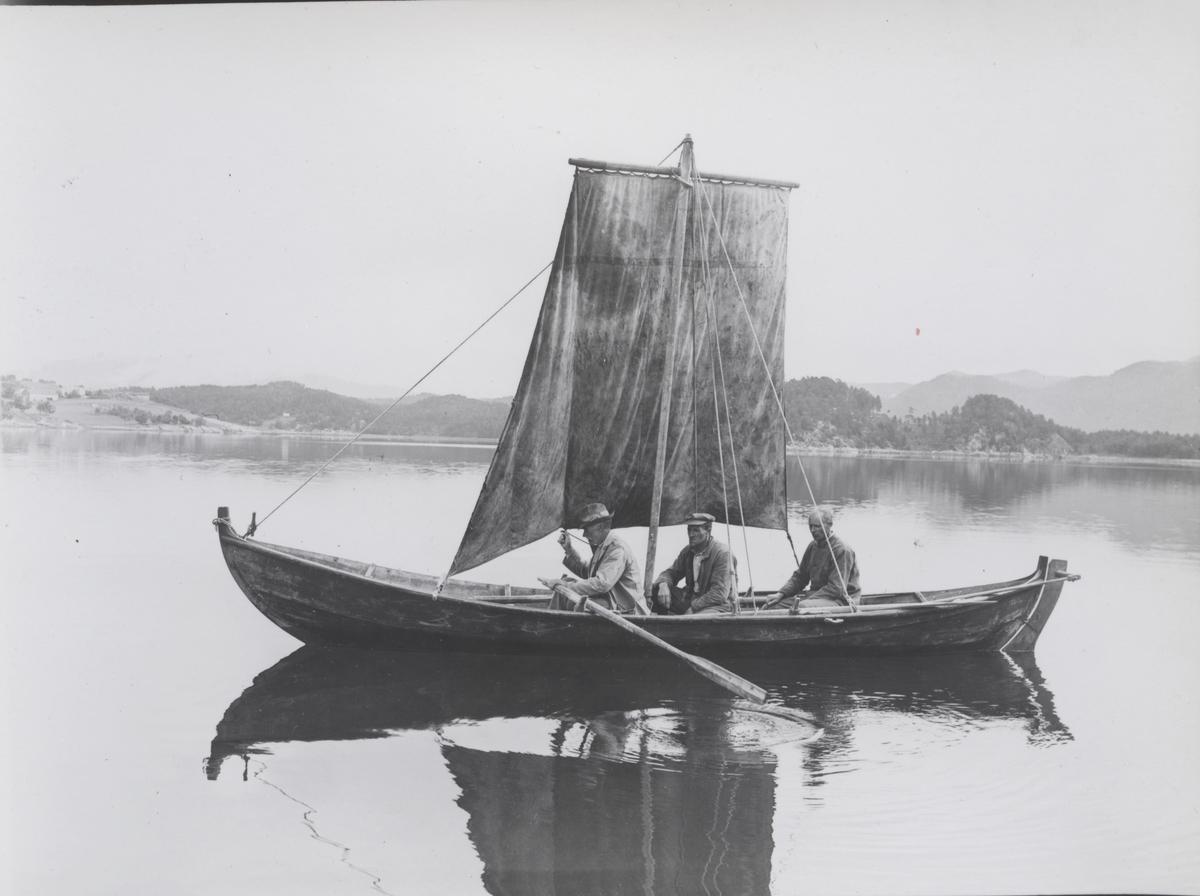 2 1/2-roms færing hos Jon G. Henset og Sønner, -under seil.