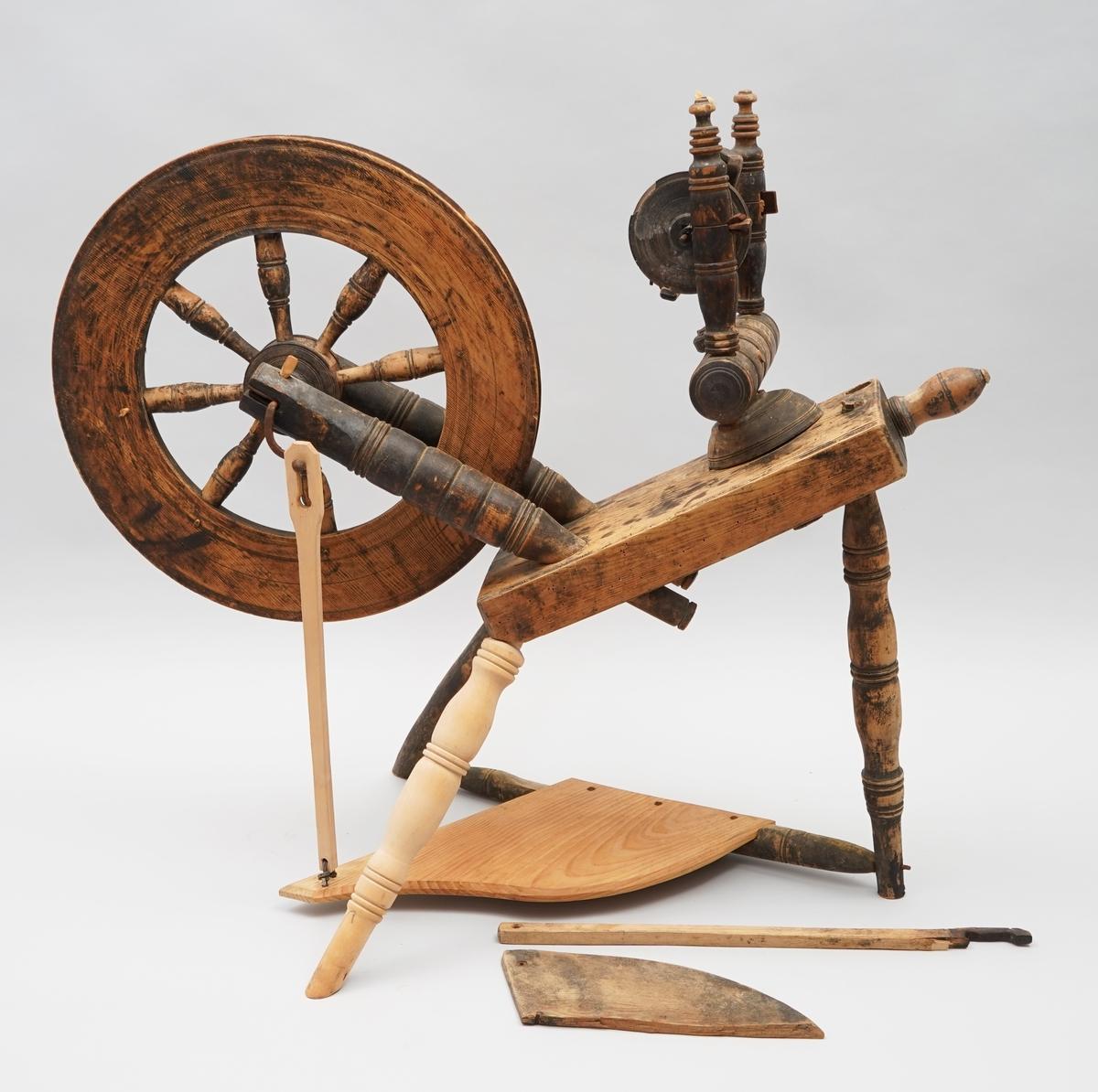Hjulrokk med skrått, enkelt bryst. Åtte spiler i hjulet. Tre bein. Tein. Trøe. Det er laga ny trøe, veiv og eit nytt bein på museet i 1980.