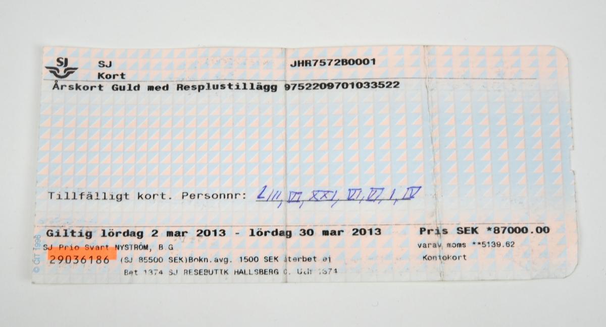 Pappersbiljett med ljusblått och rosa bakgrundstryck i form av trianglar med varierande färgstyrka. På framsidan finns text i svart tryck med kortnummer, personnummerfält, pris, giltighetsdatum, serienummer och namn på innehavaren. Personnumret är ifyllt med romerska siffror.  Baksidan är vit och har förtryckt information i blått om resebestämmelser och giltighet och så vidare på svenska och engelska.