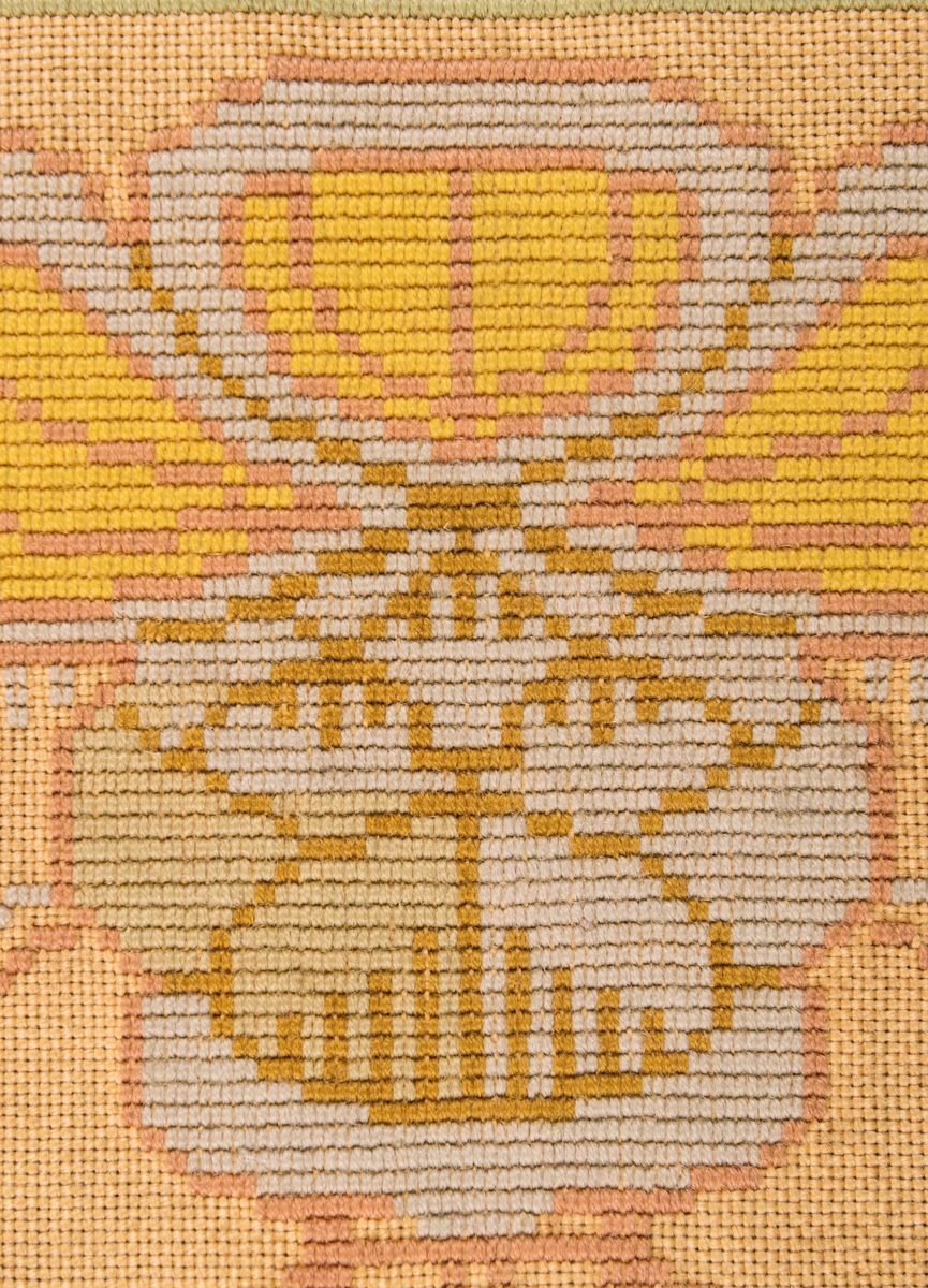 Broderat tyg. (För upphängning) 2 st. Fodrade med bomullssatin. Botten: Tuskaftat, beige, grovt tyg. Broderat mönster täcker ej hela botten, rätlinjig gobelinsöm föreställande stiliserade blomsterkransar.