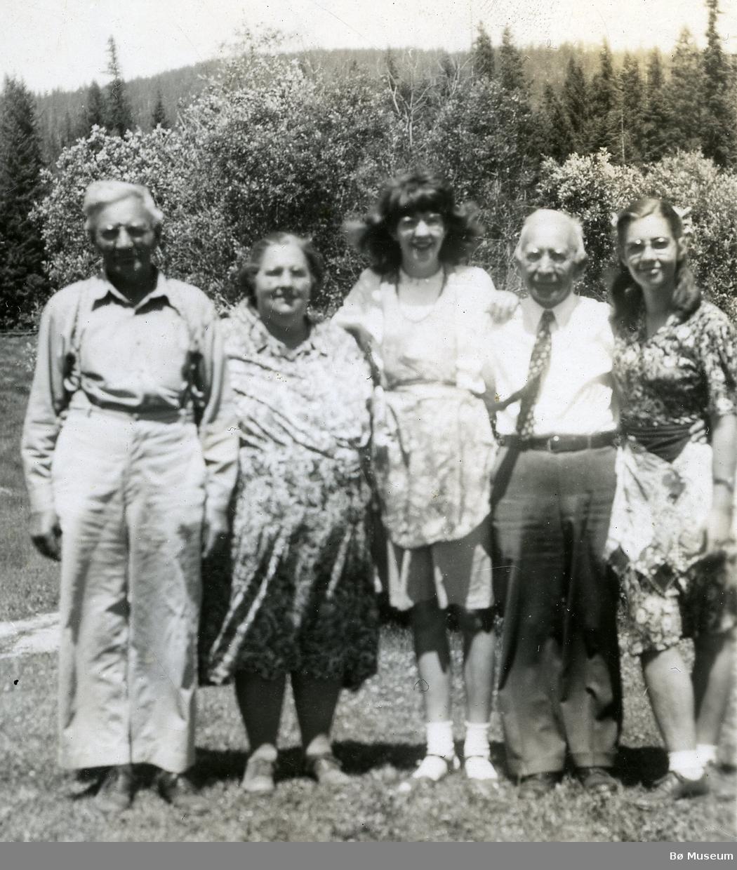 Foto av brødrene Kittil og Olav Torjusson Prestholt med familiemedlemmar i USA.  F.v: Kittil Torjusson Prestholt med kona, Mari, Olav Torjusson Prestholt og Vilma.