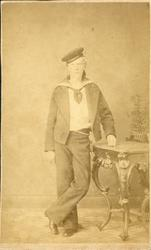 Ateljéporträtt av oidentifierad ung man i matrosuniform