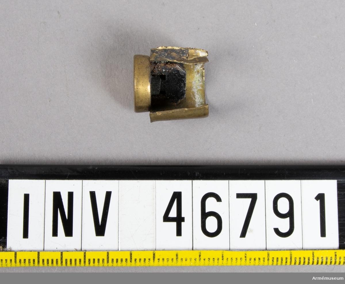 Grupp E V. Tom uppfläkt patronhylsa till revolver av Perrins konstruktion.