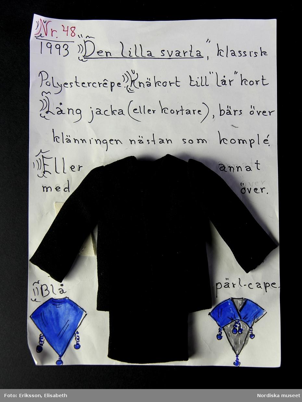 En kombination bestående av jacka, klänning, långbyxor och kjol i svart crêpepolyester. Miniatyrmodeller. Plaggen går att kombinera på olika sätt. Enkla och tidlösa modeller.  a) rak jacka utan krage och kort klänning, fäst i papper med beskrivning. b) långbyxa, utsvängd c) lång kjol /Karin Dern 2019-02-14