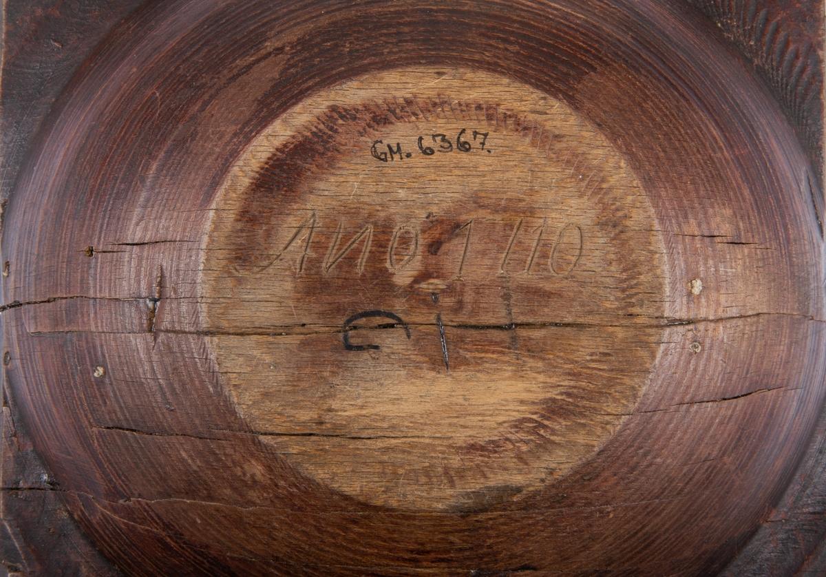 Snibbskål av trä. Svarvad, spår av röd och svart färg. Ristat i botten ANO 1710 Ci.