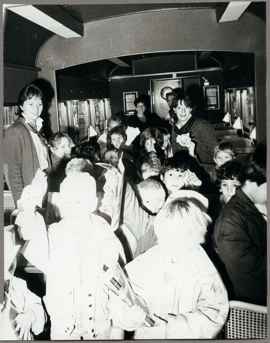 """Barn från Statens Järnvägar, SJ:s """"Järnvägsskola"""" besöker personvagn med personal från Trafikaktiebolaget Grängesberg - Oxelösunds Järnvägar, i oktober 1987."""