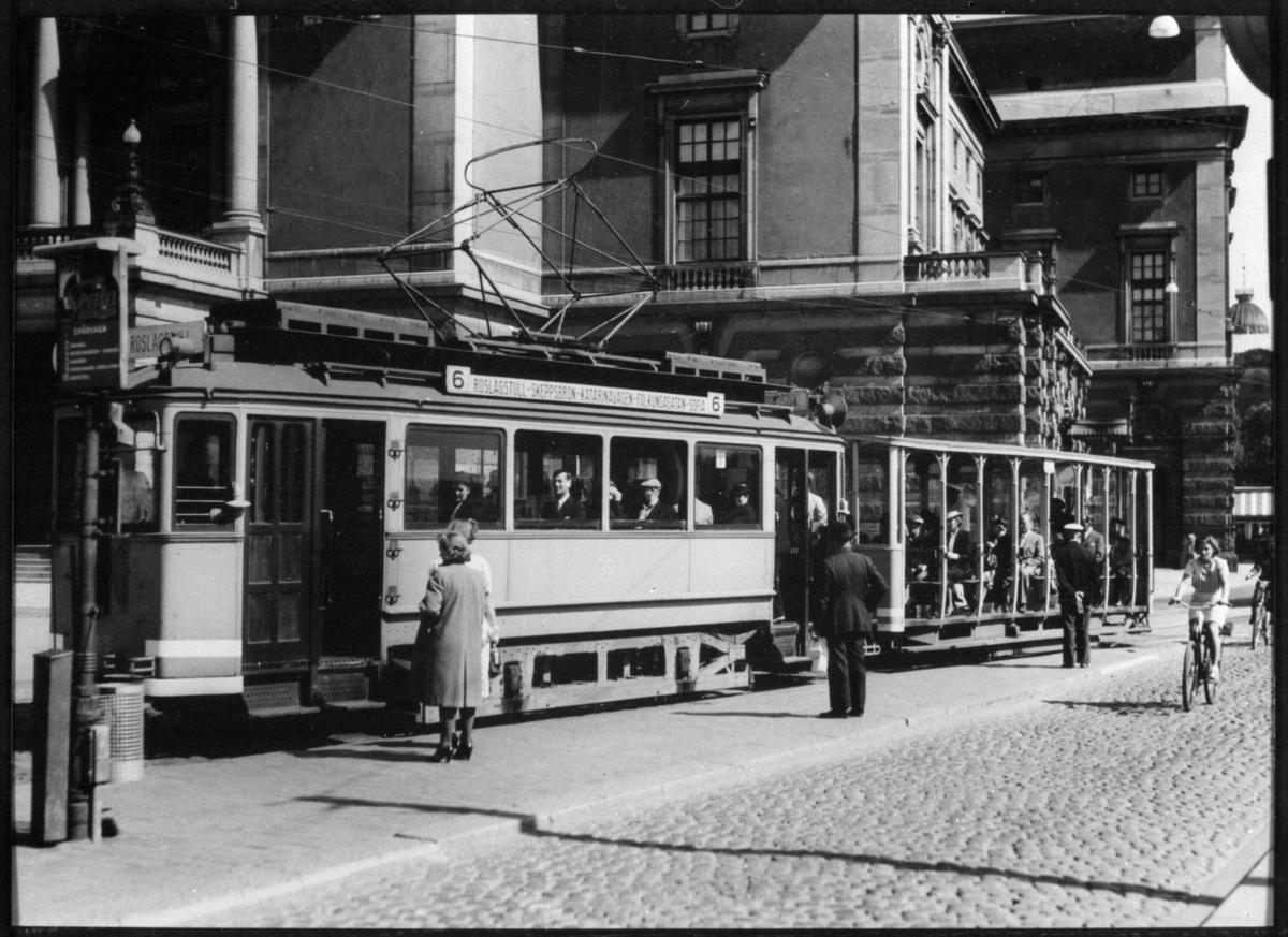 Aktiebolaget Stockholms Spårvägar, SS A1 55 med öppen släpvagn på hållplatsen vid Gustav Adolfs torg i Stockholm.
