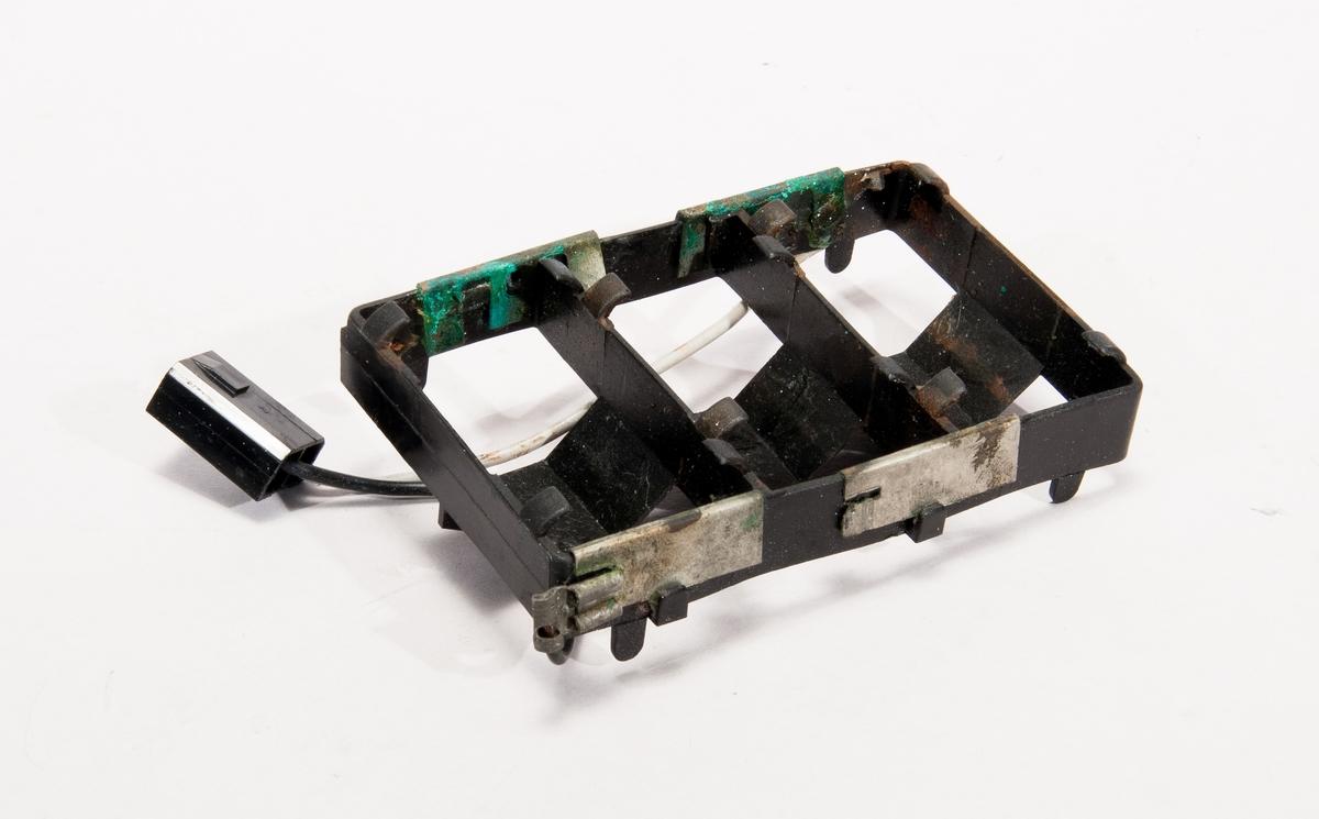 Treväxlad cykel, Iteras normalmodell.  Ram, gaffel hjul och vevparti är tillverkade i kompositplast - här en kombination av termoplast och glasfiber. Hjul med åtta ekrar, också i kompositplast. Sadel i konstläder, däck och slangar av gummi. Med handbroms. Märkt: 180 134 823 X. Lös batterihållare för lamporna av svart plast.