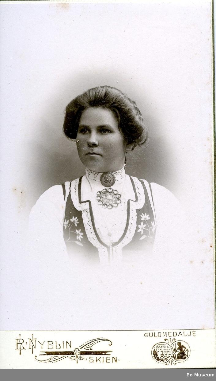 Portrett av ei ukjent kvinne i folkedrakt