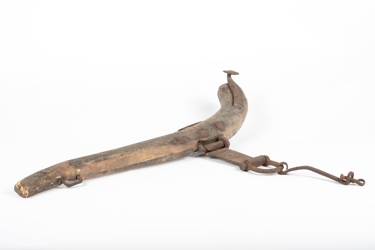 Bogtreet i buet form som er kraftigere i ene enden enn den andre. Før bogtreet buer seg sitter det et jernbeslag med en ring og en stang hengende på, og ytterst på disse henger en nagle med buet ende. I den bredeste enden av bogtreet er det festet en krok. Og ved den smaleste enden sitter det en jernhempe.