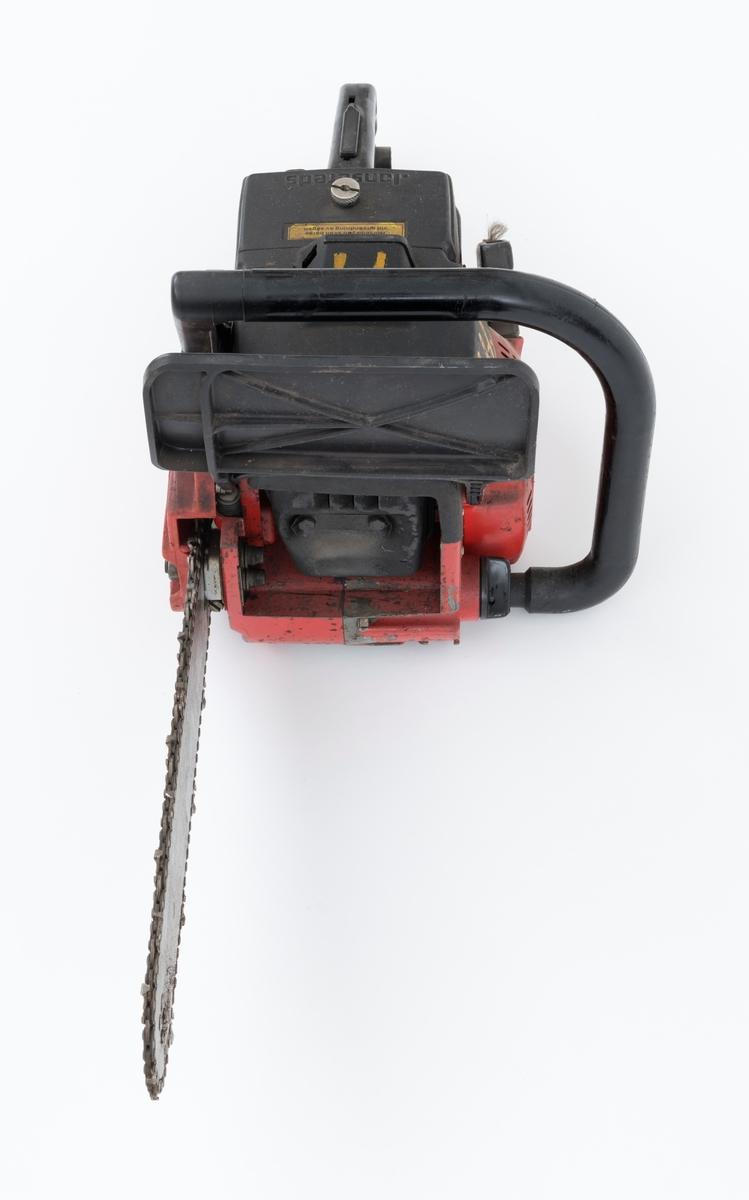 """Motorsag av typen Jonsered 420 med påmontert sverd og sagkjede. Samme sag som SJF.13882, men er en tidligere utgave. Saga ser for registrator ut til å være tilnærmet komplett. Det kan virke som om kjedebremsen er defekt. Saga er utstyrt med elektronisk tenning, avvibrerte håndtak, vernebøyle, automatisk kastbegrensende kjedebrems og elektrisk varme i håndtakene. Noe ytre forskjeller sammenlignet med SJF.13882: Fremre håndtaksbøyle på SJF.13883 ser ut til å være laget av hard plast, to halve deler som er sammenføyd med skruer. (SJF.13882 har stålrørsbøyle). Bryter for varme håndtak er montert vertikalt på SJF.13883, horisontalt på SJF.13882.     Det gjengis her noen tekniske spesifikasjoner fra salgsbrosjyra og en medfølgende lapp til saga:  (Se også vedlagt fil under fanen referanser som viser en allmenn beskrivelse av sagas spesifikasjoner.) Sylindervolum/slagvolum: 35 kubikkcentimeter. Maks turtall: 14 000 omdreininger per minutt. Kjedehastighet: cirka 20 meter per sekund. Vekt: 5,2 kg med 11"""" sverd (også oppgitt til 5,5 kg som kan være med andre sverdtyper)"""