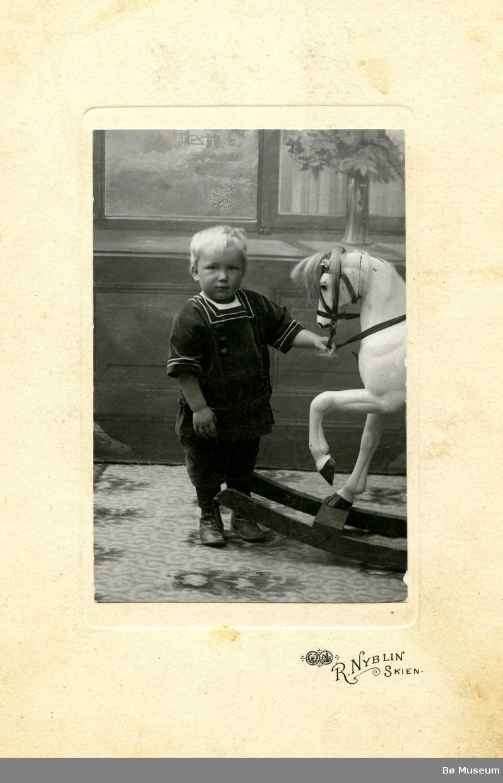 Barnefoto av Olav. H. Torstveit (Åsgrav)