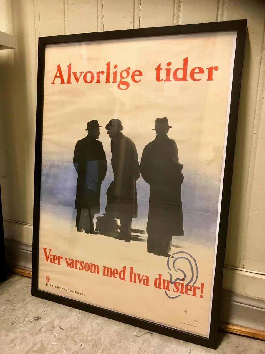Tegning av tre menn i siluett. To snakker sammen, mens tjedjemann står med ryggen til og overhører hva de sier.