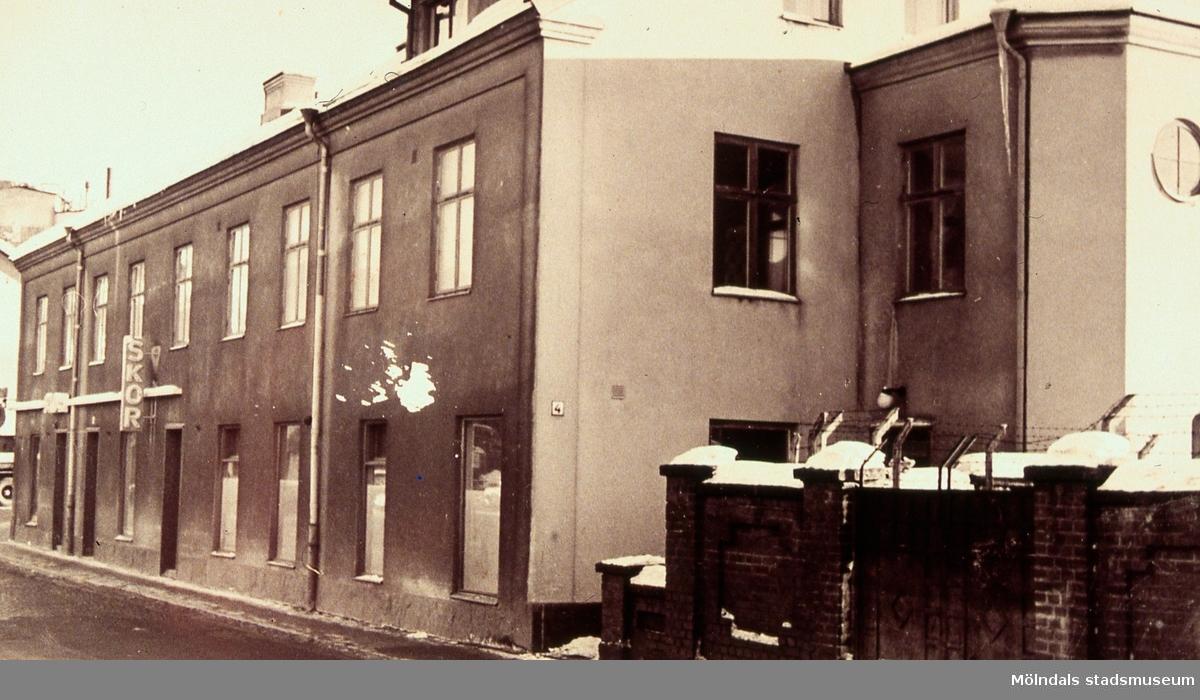 Kvarnbygatan 4 vid Gamla Torget i Mölndals Kvarnby. Okänt årtal. I byggnaden låg Mölndals andra postkontor, från februari 1900 till januari 1929. AF 14:34.
