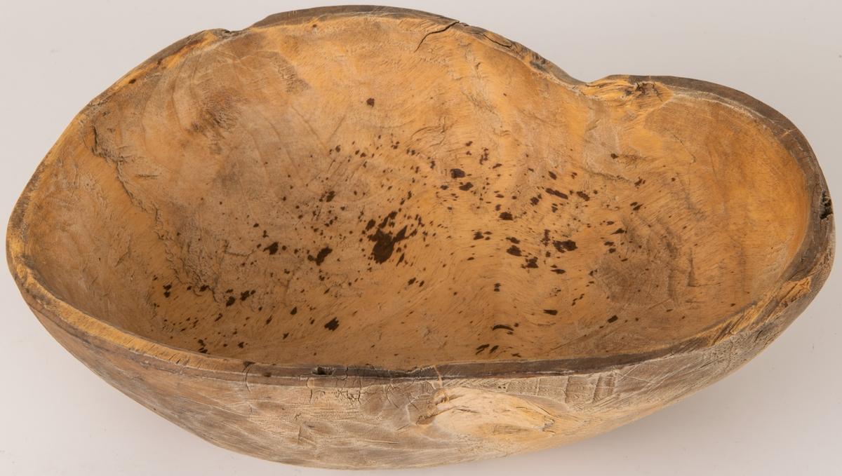 Skål av trä, omålad. Märkt HAS 1874.