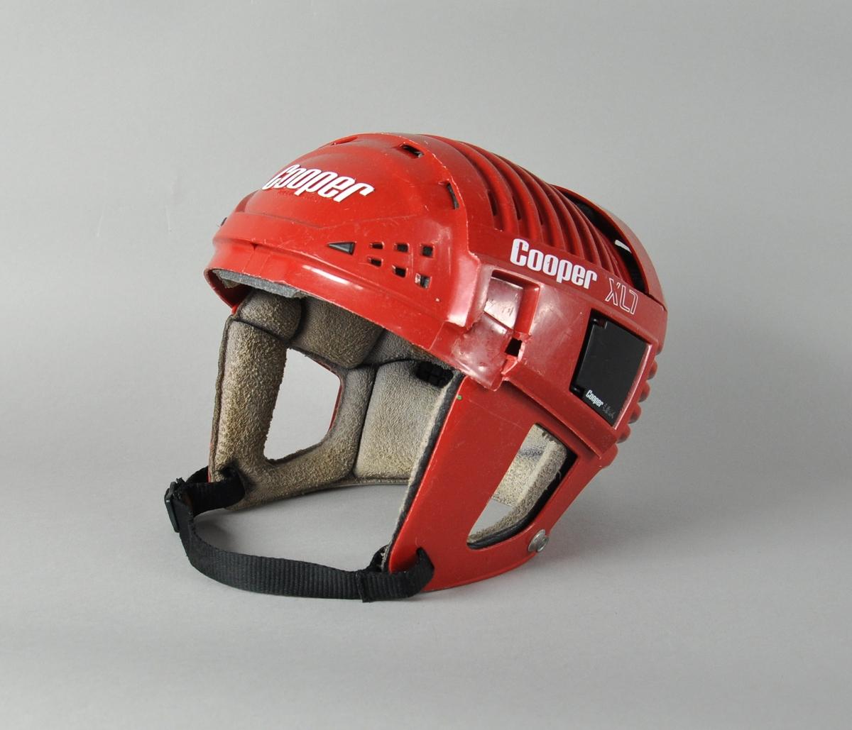 Velbrukt rød ishockey hjelm med polstring.
