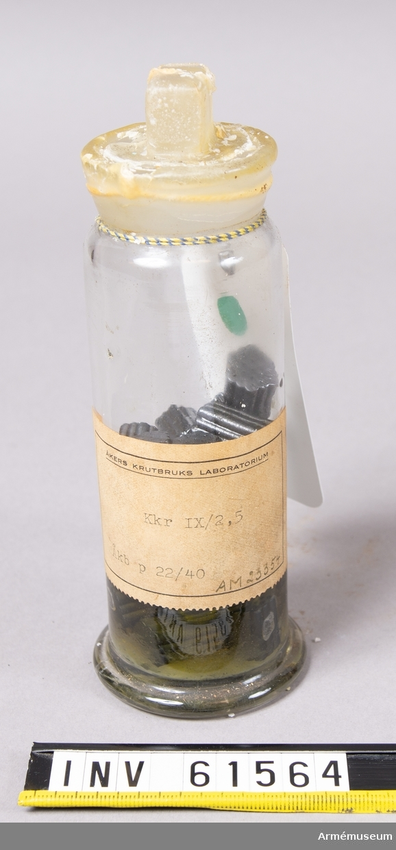 Grupp F II.  Kanonkrut från Åkers krutbruks laboratorium, i glasflaska. Märkt på etikett: Kkr IX/2,5 Åkb p 22/40.