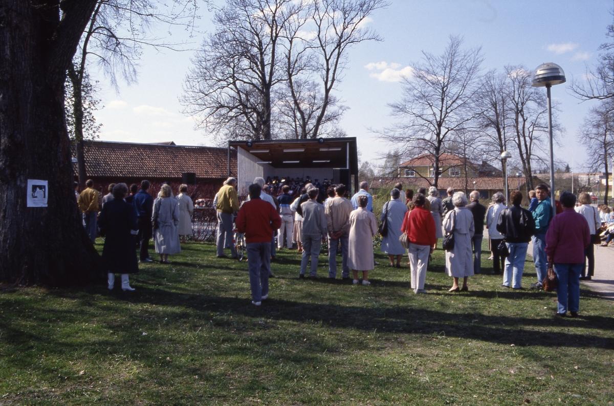 En blåsorkester underhåller publiken i Olof Ahllöfs park. I bakgrunden skymtar kägelbanan.