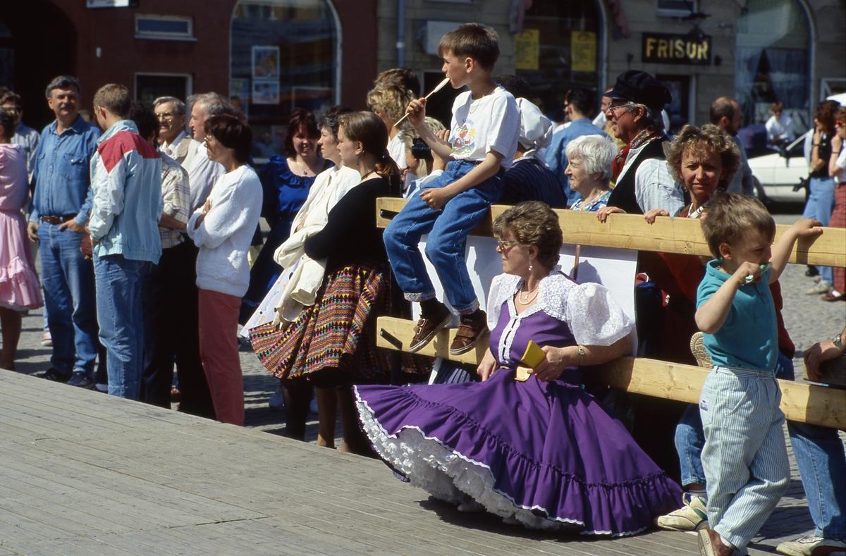 Arbogaträffen Publik vid dansuppvisning. Ett dansgolv är uppbyggt på Stora torget. Kvinnan i lila klänning kan vara Dora Nilsson, squaredansare i Riverbend´s square dancers.
