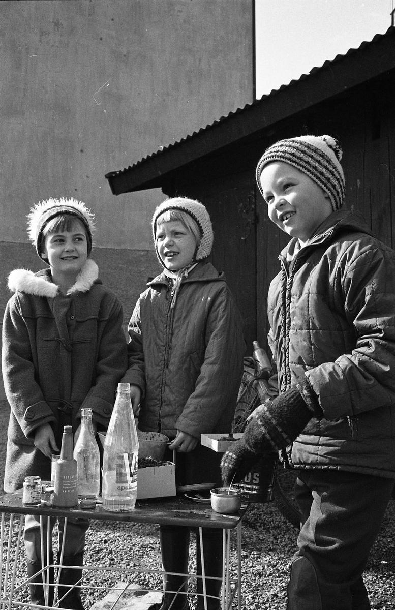 Barndaghem. Två flickor och en pojke. De är utomhus.