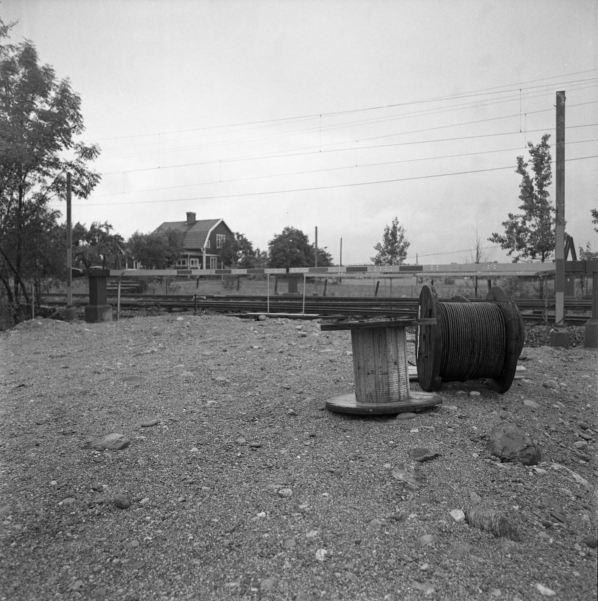 Bommar vid järnvägsövergången vid Augustenlund - Jädersvägen. Kabeltrummor i förgrunden.