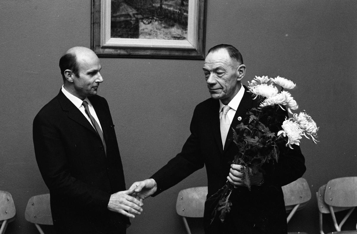 Centerpartiet har möte. Till vänster Anders Gernandt. Mannen till höger har en blombukett i handen.