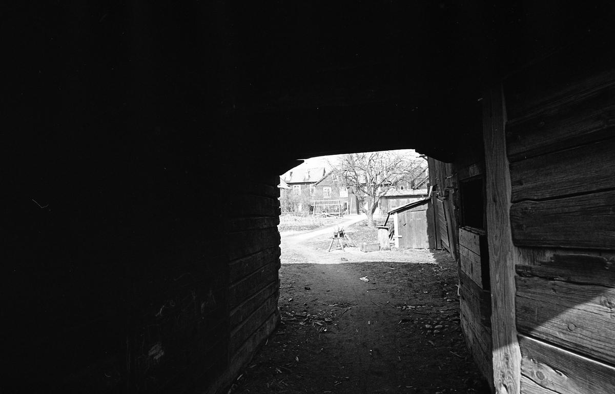 Portal till innegård. Äldre bebyggelse. Bostadsmiljö. Fotografens anteckning: Dokumentation av fastigheter i kvarteren söder och norr om ån. Bilder och beskrivning finns på Arboga Museum.
