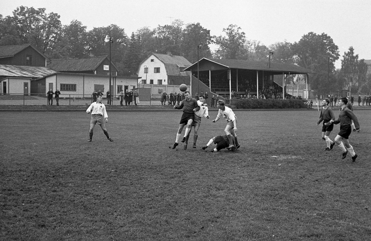 Idrottsföreningen Kamraterna, Arboga (IFK Arboga) möter Västeråslaget BK 30, på Sturevallen. Fotbollsmatch. Publik på läktaren.