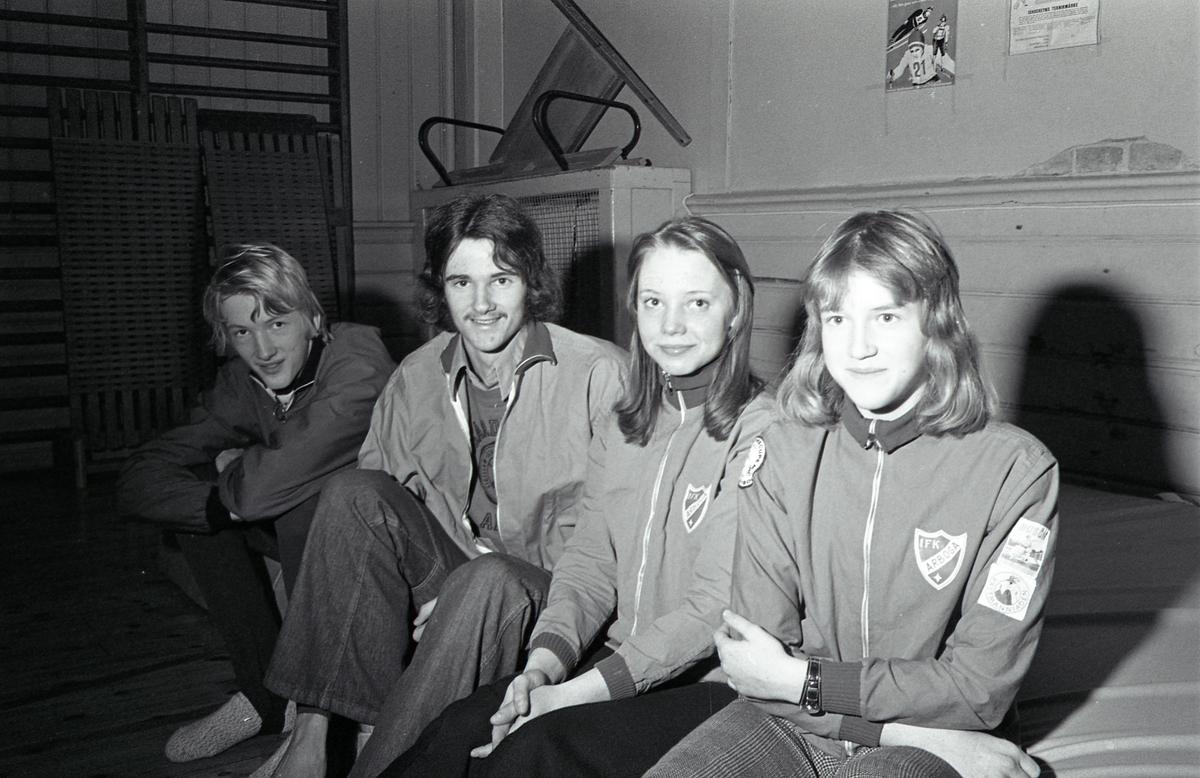 Friirdrottsungdomar som kvalificerat sig till ungdoms-SM i Göteborg. Från vänster: Thomas Sivertsson (höjdhopp), Urban Rickardsson (löpning och höjdhopp), Mona Forsander (löpning) och Eva Rickardsson (löpning). Alla sysslar med flera idrottsgrenar men deras bästa gren står inom parentes. Thomas, Urban och Eva är kusiner.