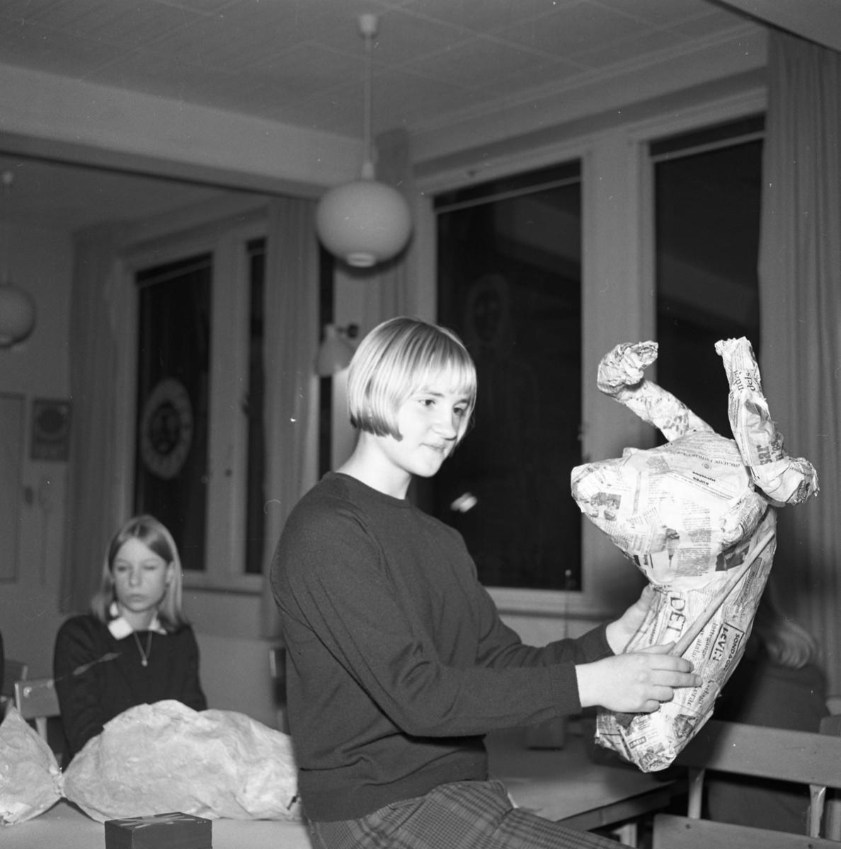 NA NT Teckningskurs på Stureskolan. Eleverna arbetar i papier mache. Kerstin Lindgren närmast kameran.